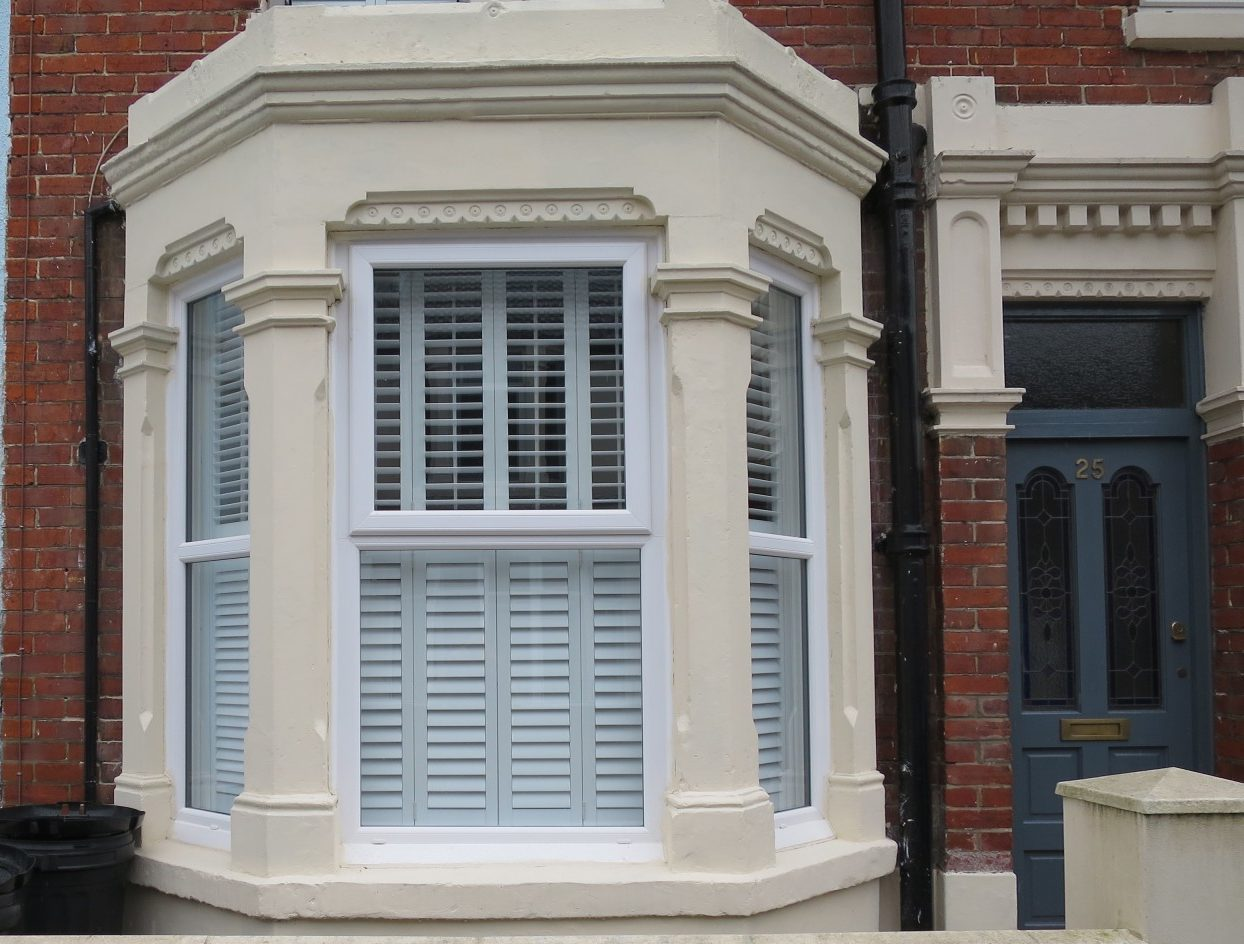 6 reasons you should dress a bay window with plantation for Alternative to plantation shutters